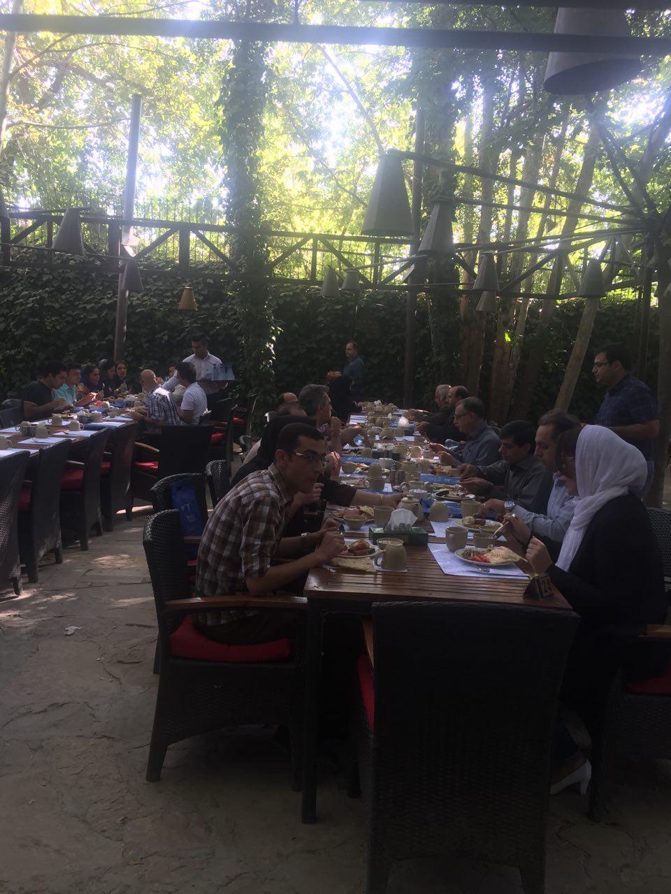 برنامه صبحانه خوری در باغ راز شیراز